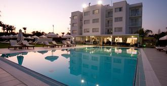 弗里克索斯酒店公寓 - 拉纳卡 - 游泳池