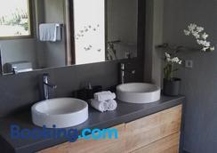 居布鲁酒店 - 新加拉惹 - 浴室