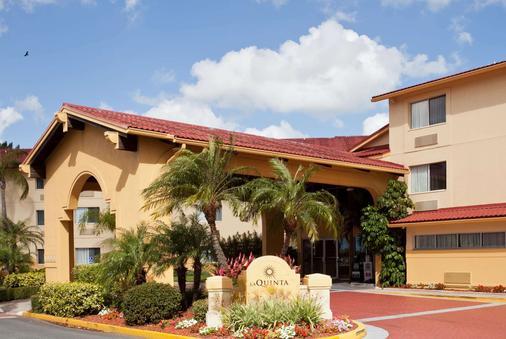 圣彼得克利尔沃特机场温德姆拉昆塔套房酒店 - 克利尔沃特 - 建筑