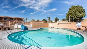 圣贝纳迪诺罗德威旅馆 - 圣贝纳迪诺 - 游泳池
