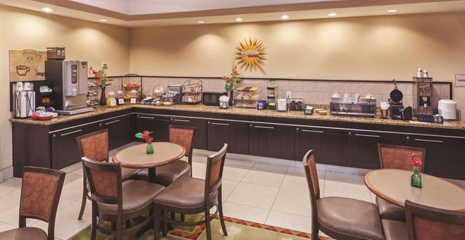 阿瑟港温德姆拉昆塔套房酒店 - 阿瑟港(德克萨斯州) - 自助餐