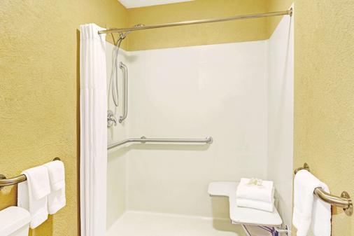 切诺基/斯莫基山戴斯酒店 - 切罗基(北卡罗来纳州) - 浴室