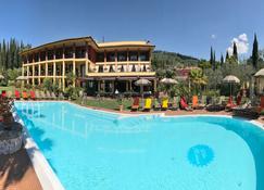 维拉马德里那酒店 - 加尔达 - 游泳池