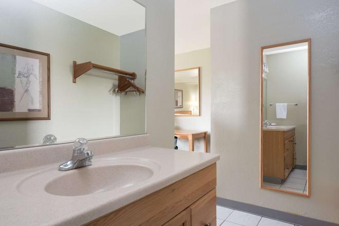 比林斯速8酒店 - 比灵斯 - 浴室