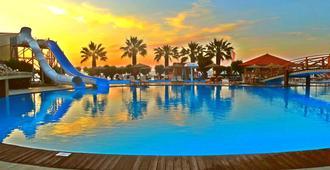 多雷塔海滩酒店 - 罗德镇 - 游泳池