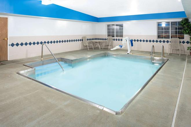 普林菲尔德温德姆微星套房旅馆 - 斯普林菲尔德 - 游泳池