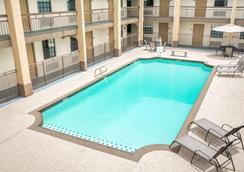 休斯敦戴斯酒店 - 休斯顿 - 游泳池