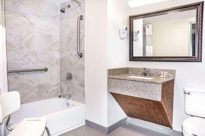 休斯敦戴斯酒店 - 休斯顿 - 浴室