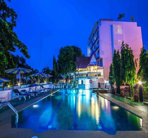 兹因酒店 - 芭堤雅 - 游泳池
