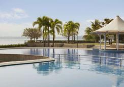 科奇拉华美达渡假酒店 - 科钦 - 游泳池