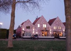 菲斯小酒吧及床酒店 - 卡德赞德 - 建筑
