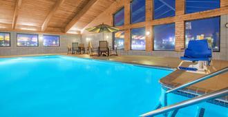 欧克莱尔温德姆阿美瑞辛酒店 - 欧克莱尔 - 游泳池