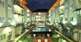 库塔河景哈里斯酒店 - 库塔 - 游泳池