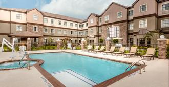 休斯敦I-10州際公路西/環城高速駐橋套房假日酒店 - 休斯顿 - 游泳池