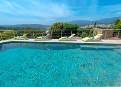 普利维特酒店 - 维琪奥港 - 游泳池