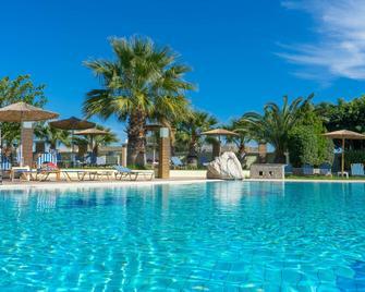 斯塔莫斯酒店 - 式住宿 - 阿凡投 - 游泳池