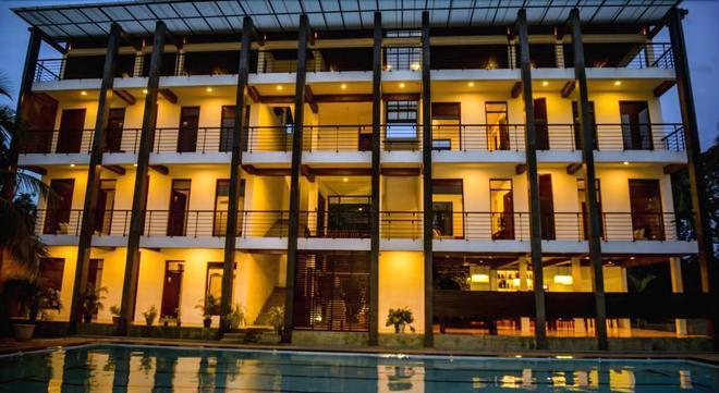奥男罗尼贡波酒店 - 尼甘布 - 建筑