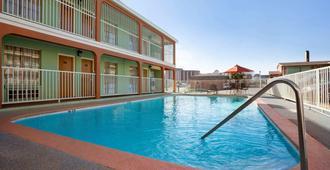 国会大厦中心速8酒店 - 奥斯汀 - 游泳池