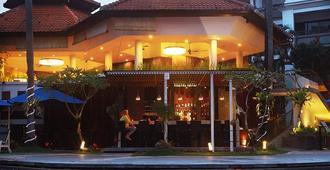 巴厘岛沙努尔天堂套房酒店 - 登巴萨 - 游泳池