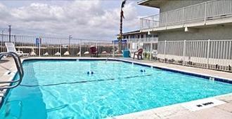 山顶套房酒店 - 维克多维尔 - 游泳池