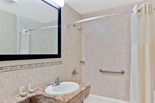 长岛城速8酒店 - 皇后区 - 浴室