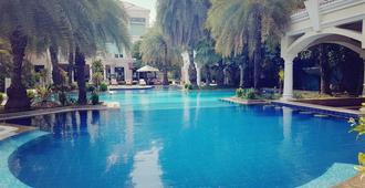 棕榈城酒店及乡村俱乐部 - 古尔冈 - 游泳池