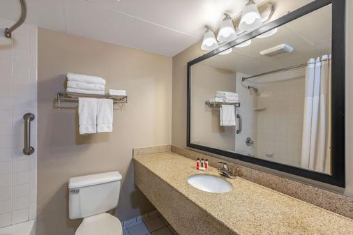 尤里卡泉温德姆速 8 酒店 - 尤里卡斯普林斯 - 浴室