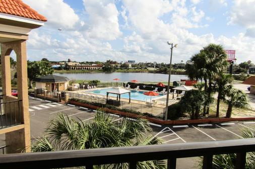 湖畔品质酒店 - 基西米 - 游泳池