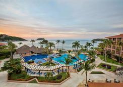 巴塞罗式酒店-瓦图尔科 - 圣玛利亚华都尔科 - 游泳池