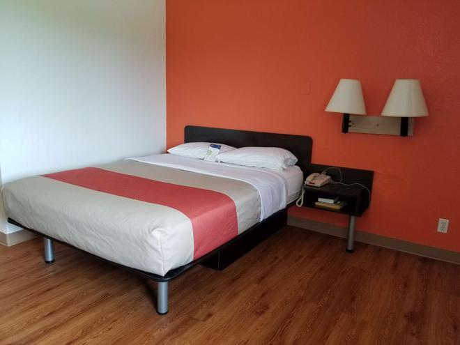 诺默尔 - 布卢明顿地区6号汽车旅馆 - 布卢明顿 - 睡房