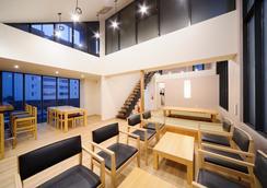 橡树胶囊旅馆 - 东京 - 休息厅