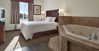 格林北速8飯店 - 博林格林 - 睡房