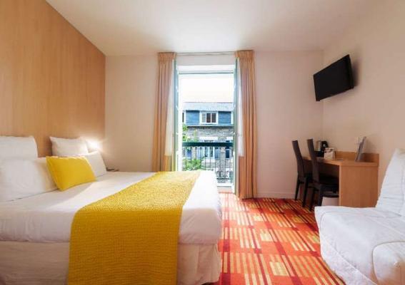 迪纳尔巴尔莫勒尔舒适酒店 - 迪纳尔 - 睡房
