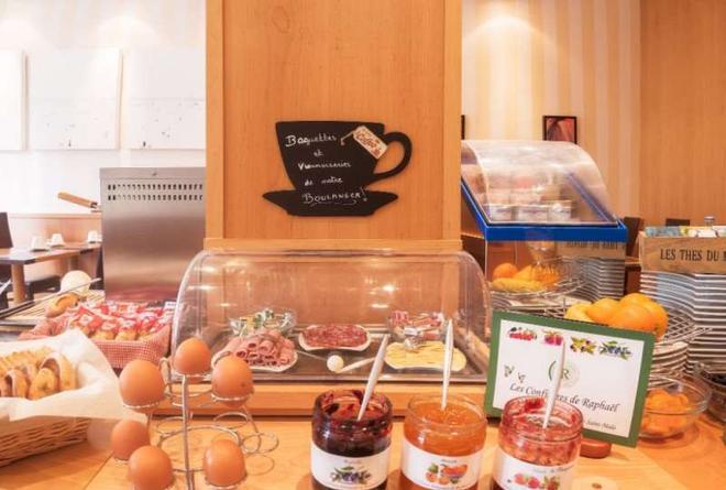 迪纳尔巴尔莫勒尔舒适酒店 - 迪纳尔 - 自助餐