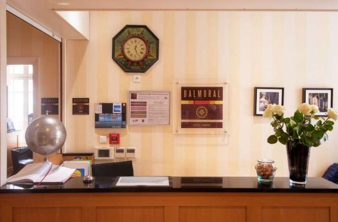 迪纳尔巴尔莫勒尔舒适酒店 - 迪纳尔 - 柜台
