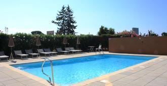 基里亚德戛纳曼德利尔酒店 - 戛纳 - 游泳池