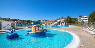 赛普罗特尔法里拉基酒店 - 式 - 法里拉基 - 游泳池