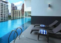 因维托酒店套房 - 吉隆坡 - 游泳池