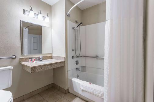 迪比克速8酒店 - 迪比克 - 浴室