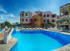 阿尼玛海滨旅馆 - Karlovasi - 游泳池