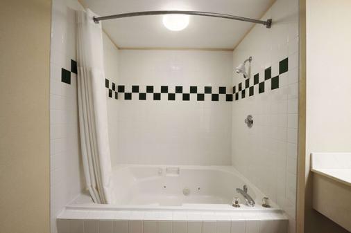 锡塔克华美达套房酒店 - 锡塔克 - 浴室