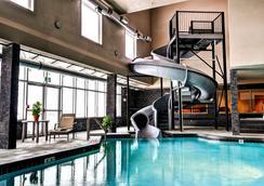 斯威夫特卡伦特霍姆套房酒店 - Swift Current - 游泳池