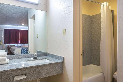 罗德威锡达城酒店 - 雪松城 - 浴室