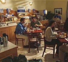 中央貝克斯菲爾德快捷假日飯店及套房