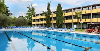 帕尔梅套房酒店 - 加尔达 - 游泳池