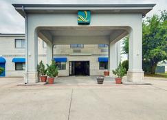 优质套房酒店 - 大草原城 - 建筑
