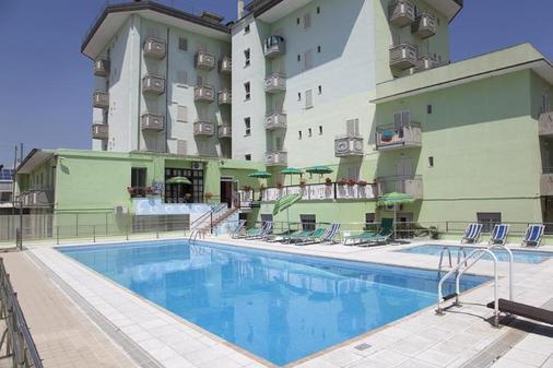 维耶内洛酒店 - 耶索洛 - 游泳池