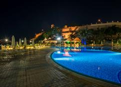 怡东豪华酒店 - 瓦莱塔 - 游泳池