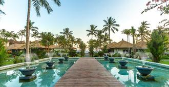 尼尔瓦娜海滩和度假村 - 曼吉斯 - 游泳池