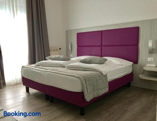 卡萨赛雷娜酒店 - 马尔切西内 - 睡房